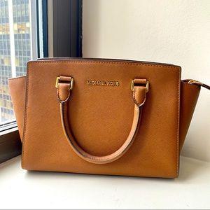MICHAEL KORS Medium Selma Bag in Tan